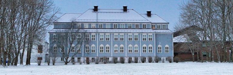 HiNe: Campus: Hovedbygningen ved Nord Universitet, Nesna ble ferdigstilt i 1922 og det har blitt utdannet studenter på Nesna i 100 år.
